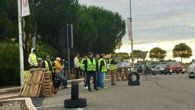 Photo of ALES Barrages filtrants, ce matin, pour des gilets jaunes au rond-point de la Nationale 106